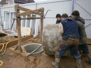 Как опустить бетонные кольца в колодец вручную